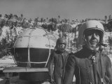 Lt. Commander Morton L. Lewis W. Malcom Ross Standing Beside Gondola in their Flying Suit Lámina fotográfica de primera calidad