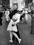 American Sailor Clutching a White-Uniformed Nurse in a Passionate Kiss in Times Square Fotoprint van Alfred Eisenstaedt