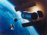 Artist's Rendering of Fully Deployed Hubble Space Telescope with Shuttle Orbiter in Vicinity Lmina fotogrfica de primera calidad