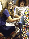 Gloria Steinem Kneeling Down Beside Bella Abzug During the Democratic Convention Fototryk i høj kvalitet