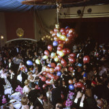 Balloons Dropping on Guests During New Year's Eve Celebration at Palace Hotel Fotografisk tryk af Loomis Dean