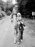 Actor Donald Sutherland Walking with His Children, Including Future Actor Kiefer Fototryk i høj kvalitet