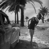 Ten Cadillac ma wszystko: Jackie Smithwick bierze ciepły prysznic przy przednim błotniku Reprodukcja zdjęcia autor Ed Clark