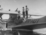 Pilot Dale Cramer with His Crew Standing on Wing of their Catalina Lmina fotogrfica de primera calidad