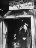 Tasters Testing Whiskey at the Jack Daniels Distillery Fotografisk tryk af Ed Clark
