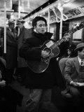 Folk Singer Woody Guthrie Singing Aboard a Subway Train Fototryk i høj kvalitet