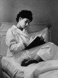 Actress Millie Perkins Alone Writing in Her Hotel Suite Fototryk i høj kvalitet af Allan Grant