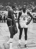Basketball Players Bill Russell and Wilt Chamberlain During Game Fototryk i høj kvalitet