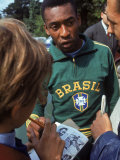 Soccer Star Pele Signing Autographs for Fans During a Practice Prior to World Cup Competition Fototryk i høj kvalitet