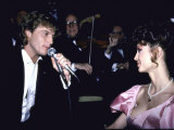 Performer Andy Gibb Singing to Girlfriend, Actress Victoria Principal Fototryk i høj kvalitet af Ann Clifford