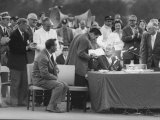 Arnold Palmer Looking on as Bobby Jones Is Presenting Prize Green Coat to the Winner Gary Player Fototryk i høj kvalitet