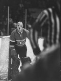 Goalie Jacques Plante Wearing Mask to Protect Face from Injuries, During Game Fototryk i høj kvalitet