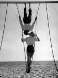 Acrobat and Actor, Russ Tamblyn on the Beach with Movie Actress Venetia Stevenson Fototryk i høj kvalitet af Allan Grant