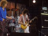 Subject: Jimmy Page and Robert Plant Formerly of Led Zeppelin Performing at Live Aid Fototryk i hj kvalitet af David Mcgough