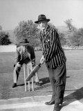 Actors C. Aubrey Smith and Henry Stephenson Playing Cricket Fototryk i høj kvalitet af Loomis Dean