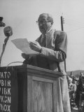 Actor Adolphe Menjou Making a Speech at the Opening of Oak Ridge Atomic Energy Center Lámina fotográfica de primera calidad por Ed Clark