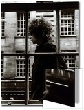 Den fantastiske Bob Dylan går forbi et butiksvindue i London, 1966 Posters