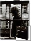 El único e inigualable Bob Dylan pasando por delante de un escaparate en Londres, 1966 Pósters