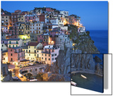 El atardecer cae sobre un pueblo en una ladera con vistas al mar Mediterráneo, Manarola, Cinque Terre, Italia Pósters por Dennis Flaherty