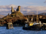 Ruins of Castle Moil and Fishing Harbour at Kyleakin, Skye, Inner Hebrides, Highlands, Scotland Reproduction photographique par Patrick Dieudonne