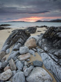 Taransay at Sunset from the Rocky Shore at Scarista, Isle of Harris, Outer Hebrides, Scotland, UK Fotografisk tryk af Lee Frost