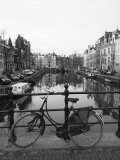 Black and White Image of an Old Bicycle by the Singel Canal, Amsterdam, Netherlands, Europe Fotografie-Druck von Amanda Hall