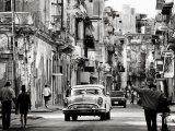 Busy Street Showing Dilapidated Buildings, Old American Cars and Local People, Havana, Cuba Fotografisk tryk af Lee Frost