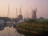 Horsey Wind Pump and Boats Moored on the Norfolk Broads at Dawn, Norfolk, England, United Kingdom Fotografisk trykk av Miller John