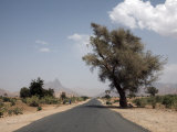 An Empty Road and the Barren Landscape of Western Eritrea, Africa Fotografisk tryk af Mcconnell Andrew