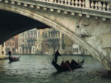Gondola under the Rialto Bridge on the Grand Canal in Venice, Veneto, Italy Photographie par Rainford Roy