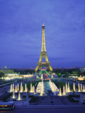 Eiffel Tower with Water Fountains, Illuminated at Dusk, Paris, France, Europe Photographie par Rainford Roy