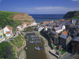 Boats Moored in the Protected Harbour of Staithes, Yorkshire, England, United Kingdom, Europe Reproduction photographique par Rainford Roy