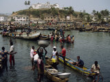 Fishermen Bringing Catch Ashore, Elmina, Ghana, West Africa, Africa Reproduction photographique par Poole David
