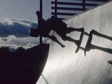Skateboarder in Action on the Vert Fotografisk trykk