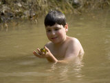 9 Year Old Boy Showing Off His Frog in a Pond, Woodstock, New York, USA Lámina fotográfica por Paul Sutton