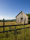 Mountain bike and barn on Birch Hill, New Durham, New Hampshire, USA Impressão fotográfica por Jerry & Marcy Monkman