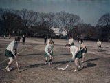 George Washington University Women Play Field Hockey on the Ellipse Fotografisk trykk av Joseph Baylor Roberts