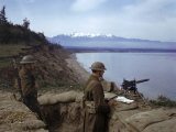 American Soldiers Guard the Coast with a Machine Gun in a Trench Fotografisk trykk av Joseph Baylor Roberts