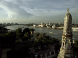 Elevated View of the Wat Arun Temple Spire and the Chao Phraya River Fotografisk tryk af Paul Chesley
