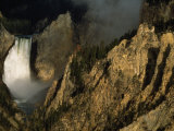 View across Jagged Mountain Peaks of the Yellowstone Falls Fotografisk tryk af Paul Chesley