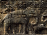 Relief Sculpture on an Angkor Wat Temple Wall Fotografisk tryk af Paul Chesley