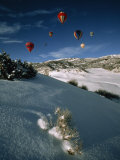 Hot Air Balloons on a Sunny Winter Day Bring More Color to a Blue Sky Fotografisk tryk af Paul Chesley
