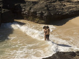 Couple Kissing in the Surf at Halona Beach on Oahu Island Fotografisk tryk af Charles Kogod