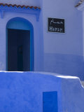 Street Scene in the Famous Blue Town of Chefchaouen Fotografie-Druck von Annie Griffiths Belt
