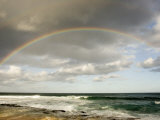 Rainbow Stretches across the Sky Above the Pacific Ocean in Hawaii Fotografisk tryk af Charles Kogod