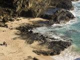 Couple Sunbathing in the Sands of Halona Beach on Oahu Island Fotografisk tryk af Charles Kogod