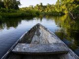 Front of a Dugout Canoe in Calm Water in Peru's Rain Forest Fotografisk tryk af Mattias Klum
