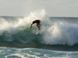 Surfer in the Pacific Ocean on the North Shore of Oahu, Hawaii Fotografisk tryk af Charles Kogod