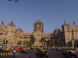 Traffic at the Chhatrapati Shivaji Terminus or Victoria Terminus Photographie par Abraham Nowitz
