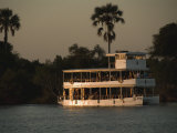 Tour Boat Cruises the Zambezi River, Looking for Wildlife Fotodruck von Annie Griffiths Belt